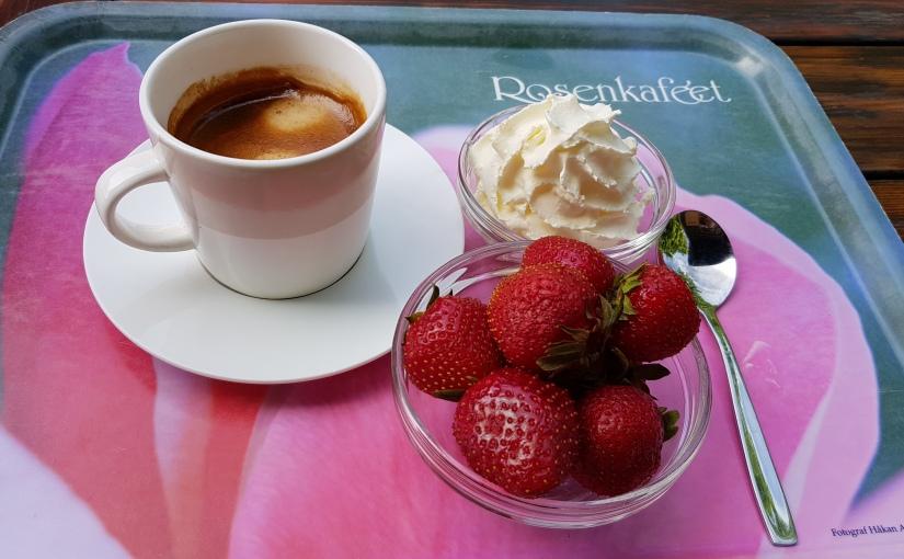 Kaffe och jordgubbar med grädde på Rosencaféet  i Göteborgrekommenderas.